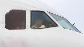 Vliegtuigenkapitein binnen cockpit vóór start stock afbeelding