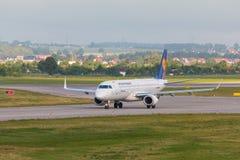 Vliegtuigenlijn Lufthansa die op de luchthavenbaan taxi?en Stock Afbeelding