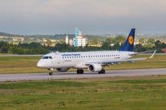 Vliegtuigenlijn Lufthansa die op de luchthavenbaan taxi?en Stock Foto's