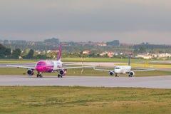 Vliegtuigenlijn Wizzair die op de luchthavenbaan taxi?en Stock Afbeeldingen
