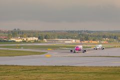 Vliegtuigenlijn Wizzair die op de luchthavenbaan taxi?en Royalty-vrije Stock Foto's