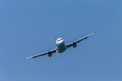 Vliegtuigenluchtbus die frontaal vliegen Royalty-vrije Stock Foto's