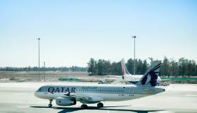 Vliegtuigenluchtbus a-320 van Qatar Airways is klaar om op te stijgen van stock afbeeldingen