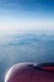Vliegtuigenmotor boven de bergketens stock fotografie