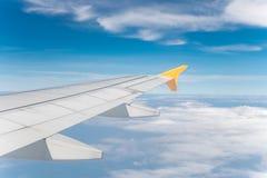 Vliegtuigenvleugel met blauwe hemel Stock Afbeelding