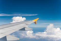Vliegtuigenvleugel met blauwe hemel Royalty-vrije Stock Foto