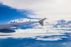 Vliegtuigenvleugel op blauwe hemel stock foto's
