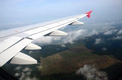 Vliegtuigenvleugel op de overzeese vliegende achtergrond Stock Foto's