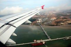 Vliegtuigenvleugel op de overzeese vliegende achtergrond Stock Afbeelding