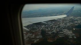 Vliegtuigenvliegen over de grond stock video