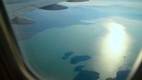 Vliegtuigenvliegen over het meer stock footage