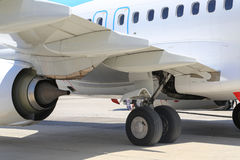 Vliegtuigenwiel en motor stock foto's