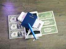 Vliegtuigkaartjes, paspoorten en stuk speelgoed vliegtuig op lijst Stock Afbeelding