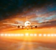 Vliegtuigland op de baan royalty-vrije stock foto's