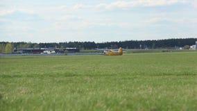 Vliegtuigland op het gebied dichtbij het bos stock videobeelden
