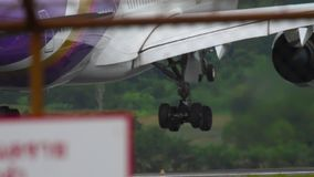 Vliegtuigluchtbus A350 het landen stock videobeelden