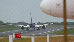 Vliegtuigluchtbus A350 het landen stock video
