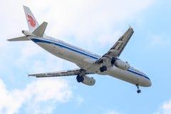 Vliegtuigluchtbus a321 van Air China-Luchtvaartlijnen op de hemel die aan Suvanabhumi-luchthaven landen Stock Afbeeldingen