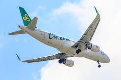 Vliegtuigluchtbus a320 van Spring Airlines op de hemel die aan Suvanabhumi-luchthaven landen Stock Foto