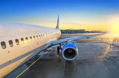 Vliegtuigmening van de passagier bij de ingang, de zonsopgang en het parkeren in de luchthavenmotor Stock Afbeeldingen