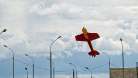 Vliegtuigmodel in de stedelijke hemel tegen de achtergrond van wolken en lantaarns royalty-vrije stock foto