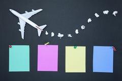 Vliegtuigmodel met diverse document bal en leeg kleurrijk document stock afbeeldingen