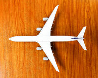 Vliegtuigmodel op houten achtergrond Stock Foto
