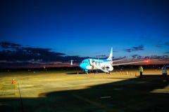 Vliegtuigparkeren bij de luchthaven royalty-vrije stock afbeelding