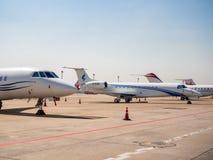 Vliegtuigparkeren dichtbij de baan in luchthaven royalty-vrije stock foto's