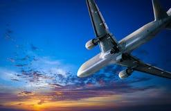 Vliegtuigreis en zonsonderganghemel. Lucht reizende achtergrond Royalty-vrije Stock Fotografie