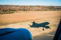 vliegtuigschaduw en naderbij komend tarmac voor het landen in Charlotte royalty-vrije stock fotografie