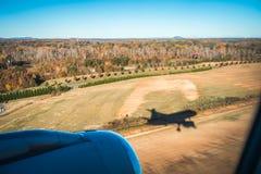 vliegtuigschaduw en naderbij komend tarmac voor het landen in Charlotte stock foto