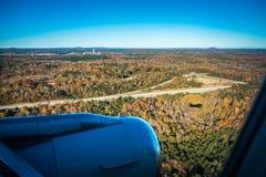 vliegtuigschaduw en naderbij komend tarmac voor het landen in Charlotte royalty-vrije stock foto