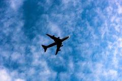 Vliegtuigsilhouet in blauwe hemel royalty-vrije stock foto