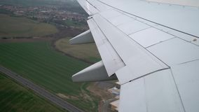 Vliegtuigstart in luchthaven stock footage