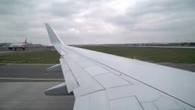 Vliegtuigstart in luchthaven stock video