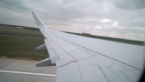 Vliegtuigstart in luchthaven stock videobeelden
