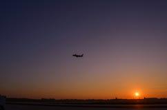 Vliegtuigstart op zonsondergang Gouden zonsondergang bij de luchthaven Twili Stock Afbeelding