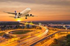 Vliegtuigstart over de panoramastad bij schemeringscène stock afbeelding