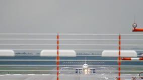 Vliegtuigstart van de luchthaven van Dusseldorf stock videobeelden