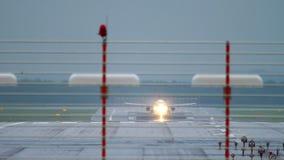 Vliegtuigstart van de luchthaven van Dusseldorf stock video