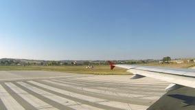 Vliegtuigstart van Thessaloniki luchthaven stock footage
