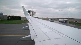Vliegtuigtaxi in luchthaven stock videobeelden