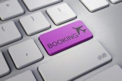 Vliegtuigteken op toetsenbord, om online het boeken of aankoop van kaartjes bedrijfsreisconcepten te illustreren Royalty-vrije Stock Foto's