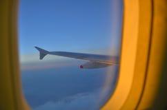 Vliegtuigvenster bij zonsondergang Stock Foto