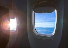Vliegtuigvenster met wolk Stock Fotografie