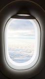 Vliegtuigvenster met wolkenmening Stock Fotografie