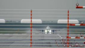 Vliegtuigvertrek bij regen stock footage