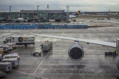 Vliegtuigvleugel bij de luchthaven van Frankfurt royalty-vrije stock foto