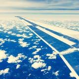 Vliegtuigvleugel in blauwe hemel royalty-vrije stock afbeeldingen